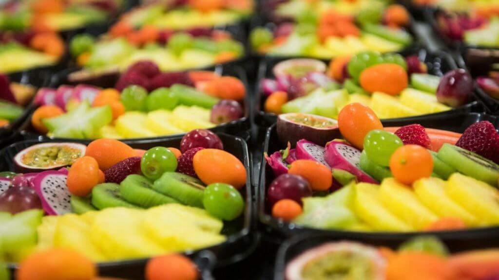 Salade de fruits frais colorés et bons pour la santé