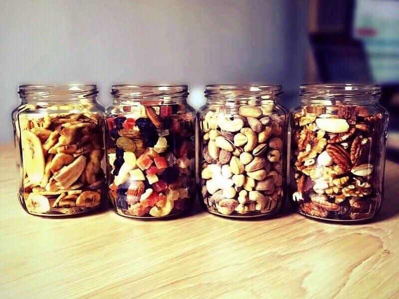 Ensemble de bocaux en verre consignés, rempli de mélange de fruits secs divers et bons pour la santé